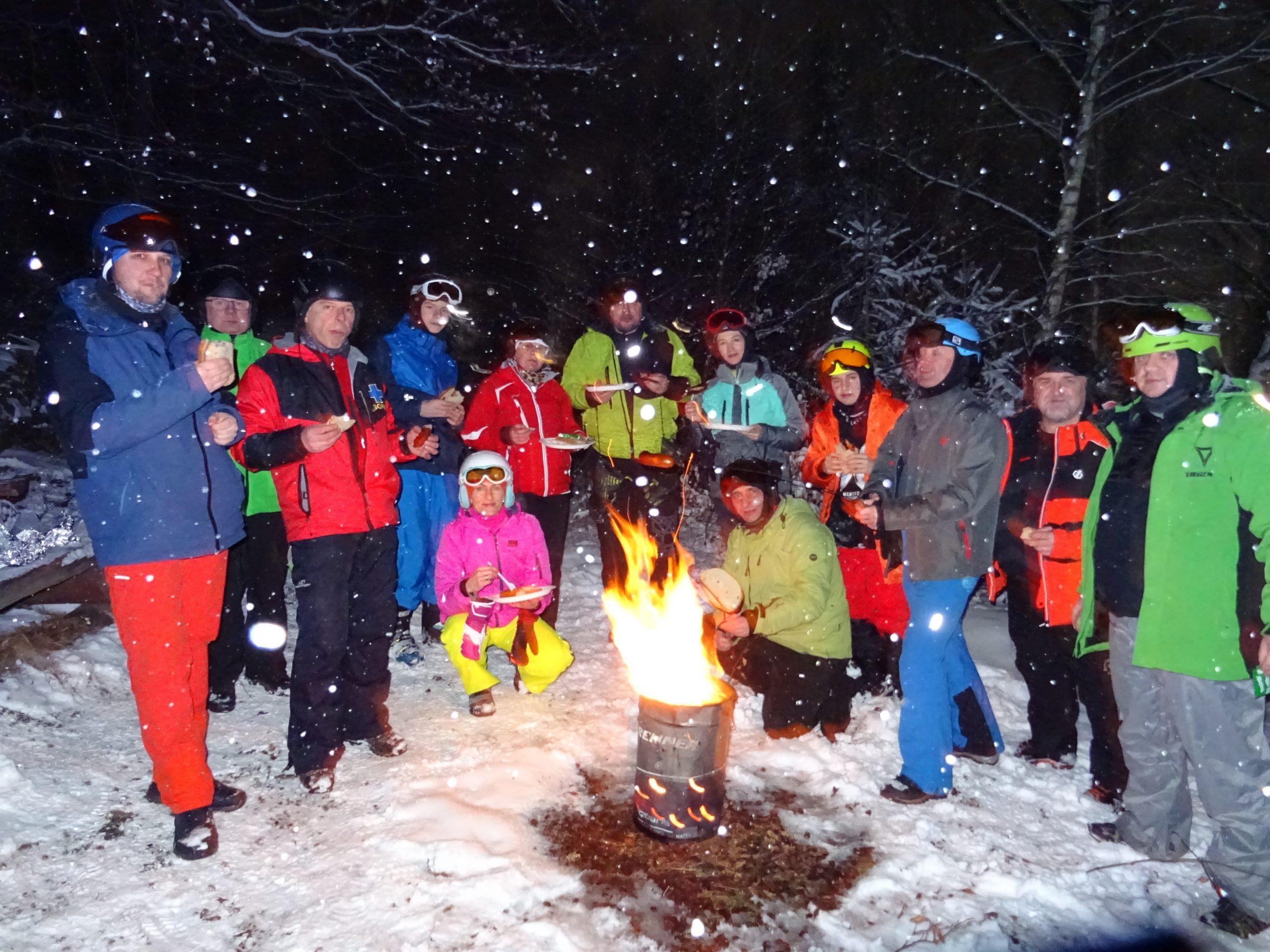Kobiece narciarstwo na Skki Trikke. Pomimo muld, ciężkiego śniegu.