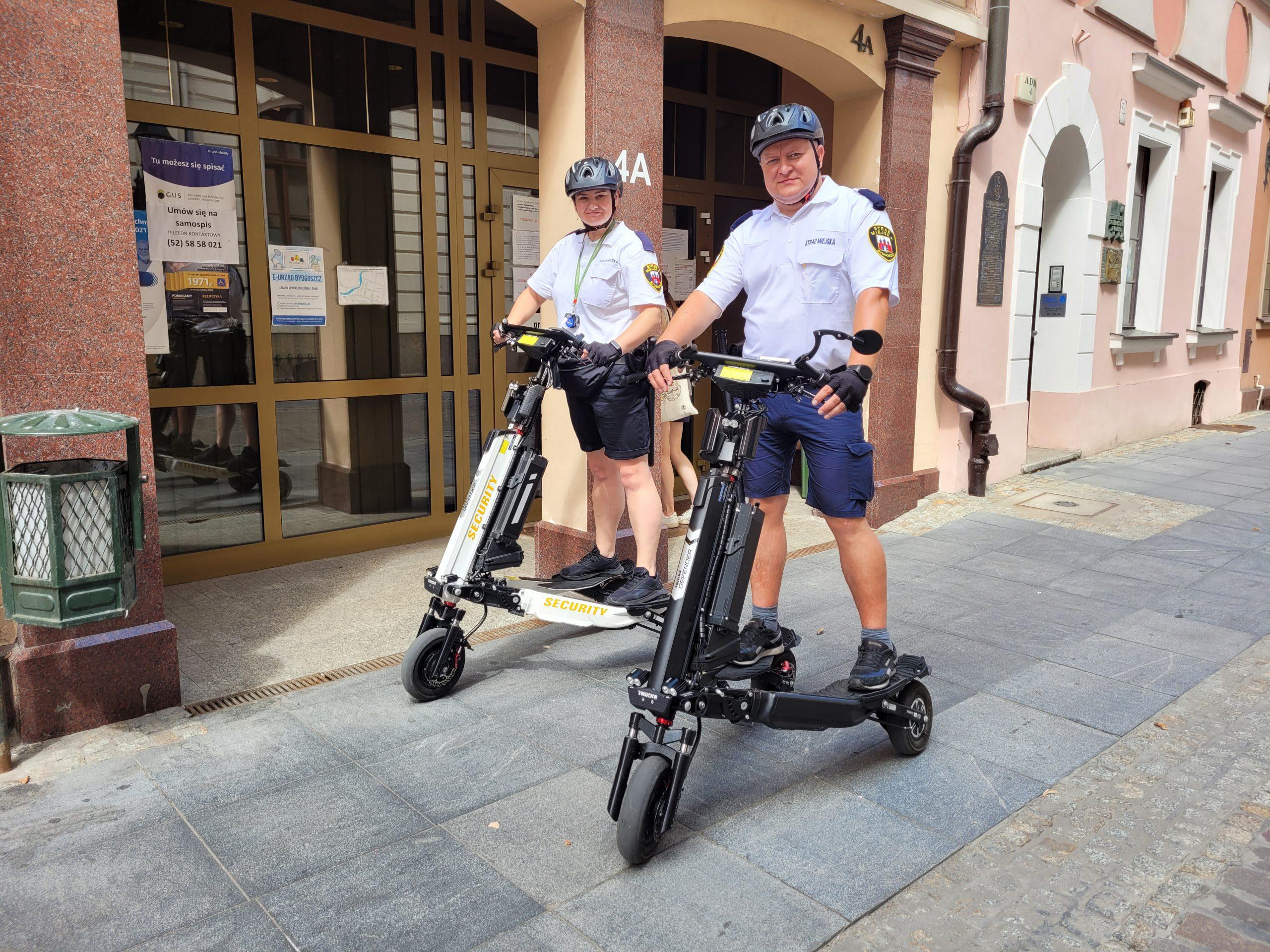 Elektryczny, Patrolowy Trikke model Defender dla Straży Miejskiej, film, patrol, jazda.